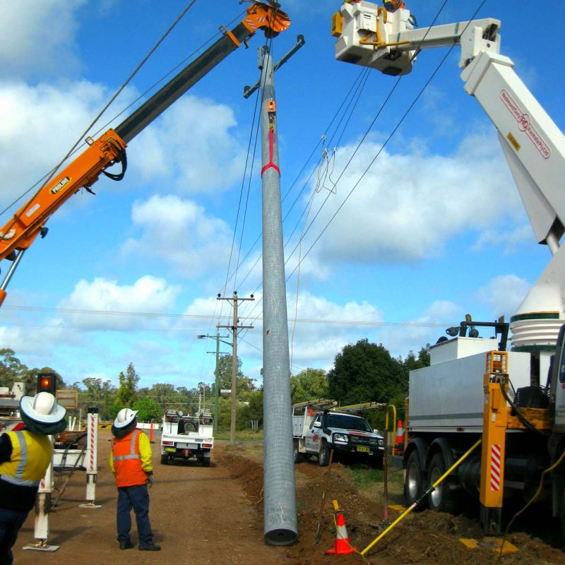 2 Balranald lifing pole into position